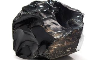 Черный обсидиан — вулканическое стекло с особыми свойствами