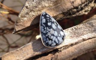 Снежный обсидиан — камень с природными «снежинками» внутри