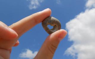 Куриный бог: магические свойства камня с дырочкой