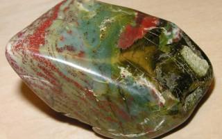 Гелиотроп — камень с разноцветными вкраплениями: все свойства