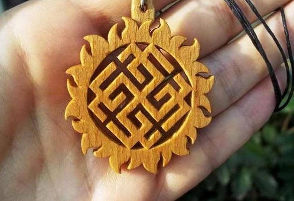 Оберег Сваарожич-Родимич в виде кулона из дерева