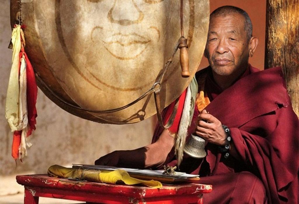 Tibetskiy_monah_s_brasletom_Shambala-1024x700 Браслет шамбала: значение и соответствие цвета бусин буддийского амулета, на какой руке носить украшение