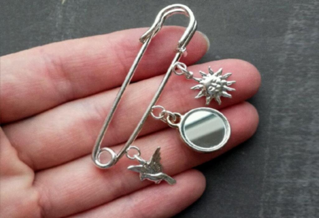 Серебряная булавка