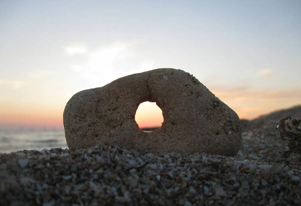 талисман куриный бог камень с дырочкой