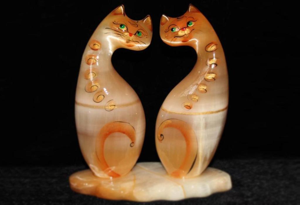 Фигурки кошек из селенита