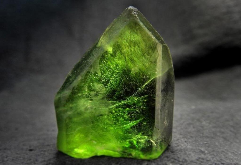 Камень перидот (оливин): свойства и знаки зодиака, кому подходит